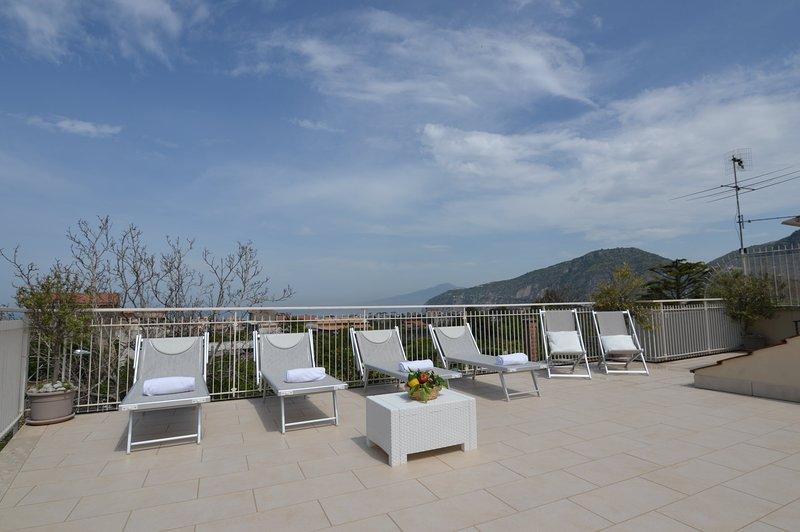 Exclusiva terraza solárium equipada con tumbonas, tumbonas, ducha, mesas, sillas y barbacoa