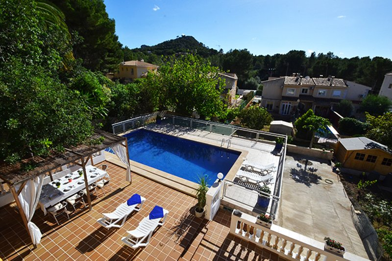 Villa Dragos next to the sandy beach and promenade of Santa Ponsa, vacation rental in Sol de Mallorca