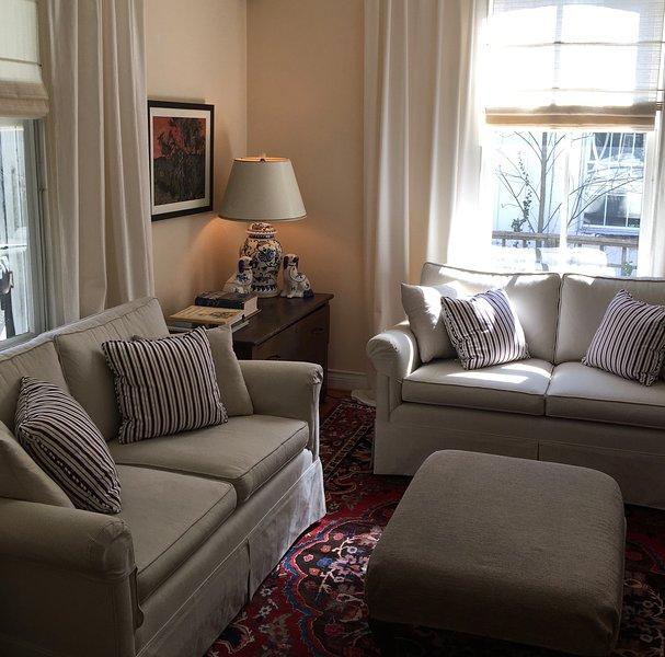 El salón cuenta con hermosas vistas sobre el jardín y porche.