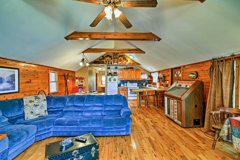 Pack your bags for a cozy trip to this vacation rental cabin in Caroga Lake!