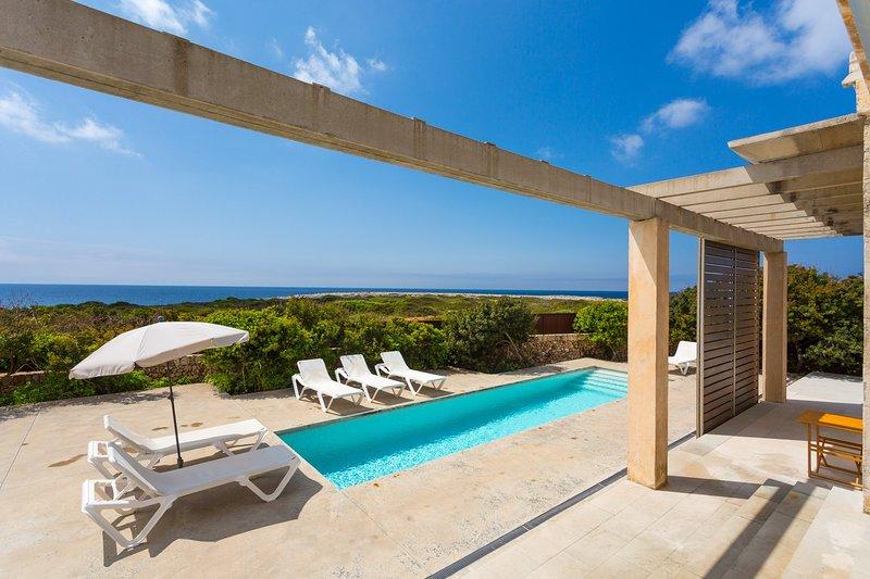 Bella villa con piscina privata, terrazza parzialmente riparata, e vista sul mare