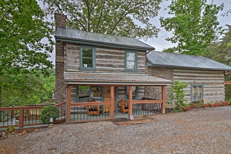 With 2-bedrooms and 2 bathrooms, this lakeside home sleeps 8.