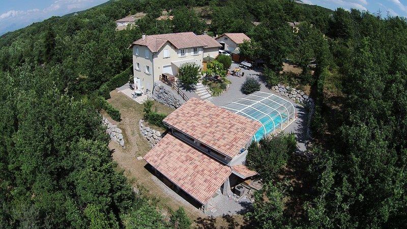 Le Domaine Alpin calme et détente avec piscine couverte et chauffée, holiday rental in Curbans