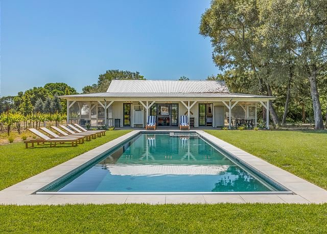 2 Vineyard Cottages on 6 Acres - Hot Tub, Pool, Ping Pong & Outdoor Kitchen, location de vacances à Vineburg