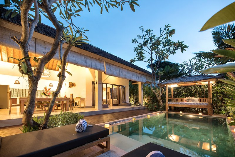 100m FROM BEACH // Saudara Villa Two // Includes Full-Time Butler + Private Pool, Ferienwohnung in Seminyak