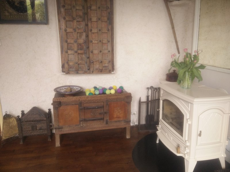 The Indian lounge and woodstove Ceramic