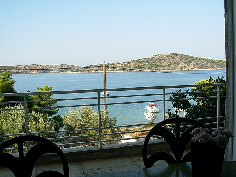 Spacious house with sea view, location de vacances à Psatha
