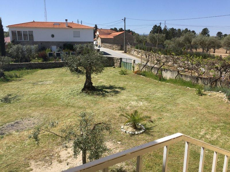 Grande maison avec grand espace vert, casa vacanza a Lajeosa do Mondego