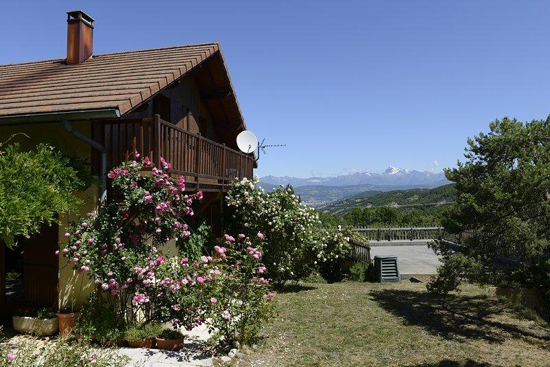 Chalet Douillet au calme avec vue panoramique sur le Parc des Ecrins, holiday rental in Curbans