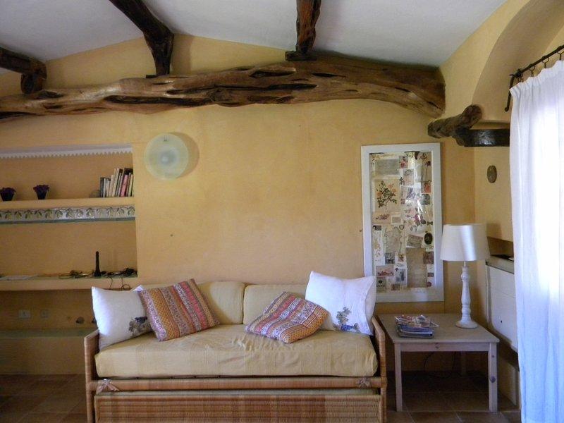 Vardagsrum med soffa BED 2