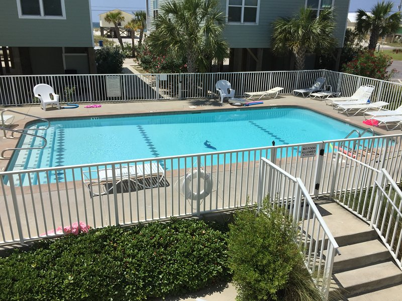 escalones de la piscina hermosas a la playa
