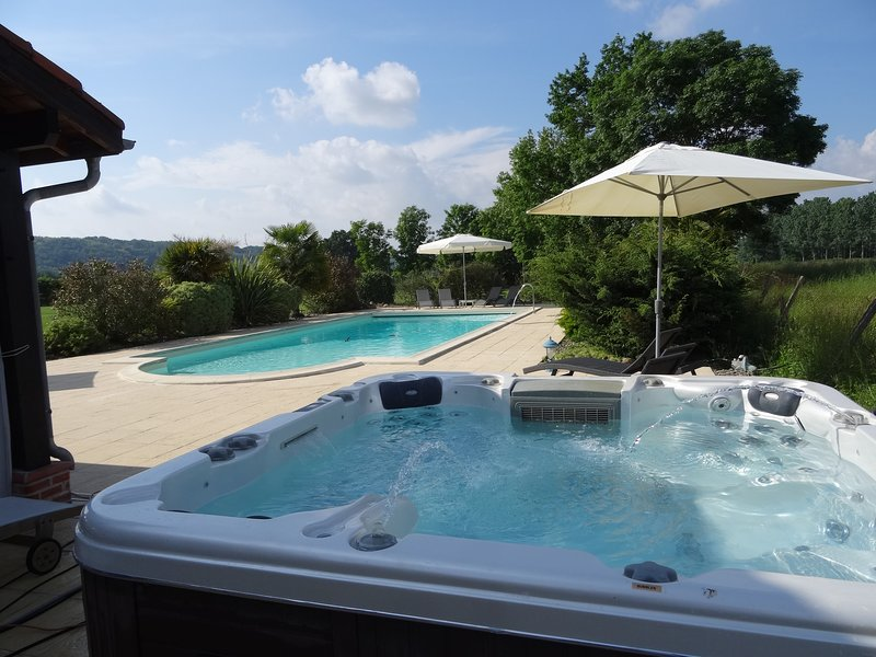 Luxurious, charming detached 4 star tourisme gite with swimming pool& jacuzzi, holiday rental in Riscle