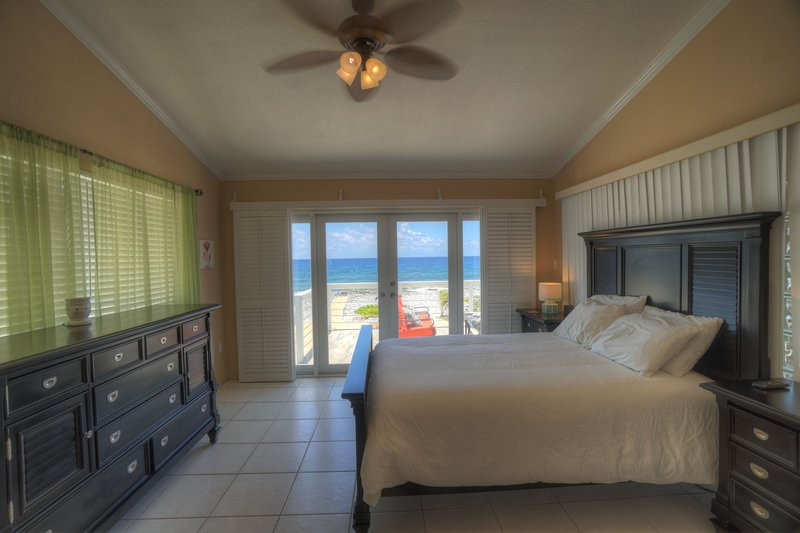 Escape from Reality - Ocean Front!, Ferienwohnung in Little Cayman