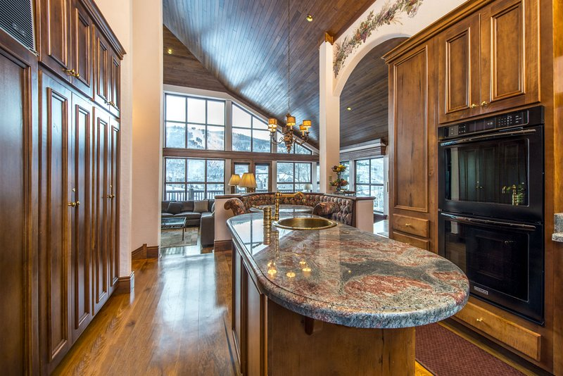 Fully equipped kitchen with additional breakfast nook.
