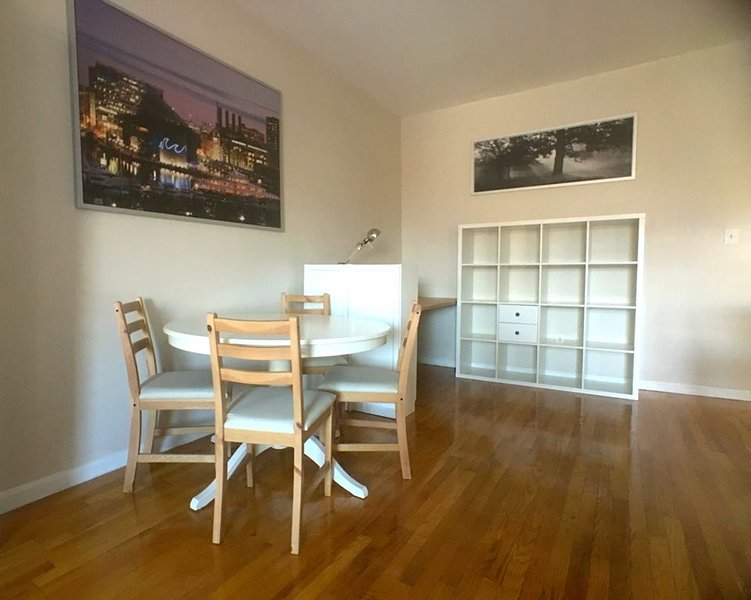 Penthouse Condominium in Mt Vernon w/ Parking-7SF, holiday rental in Edgemere