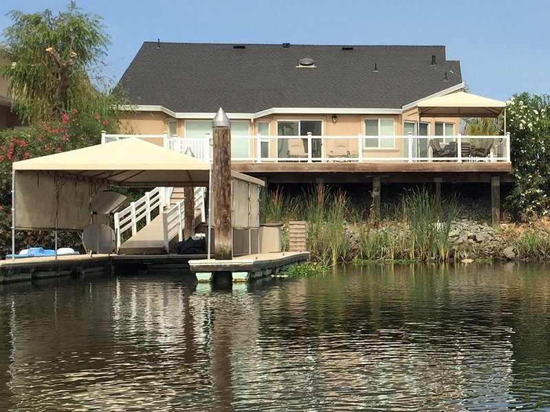 home on deep water w/ private dock, casa vacanza a Livermore
