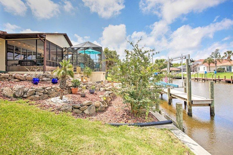 Esta propiedad cuenta con una piscina canalfront enjaulado y 2 muelles de 20 pies.