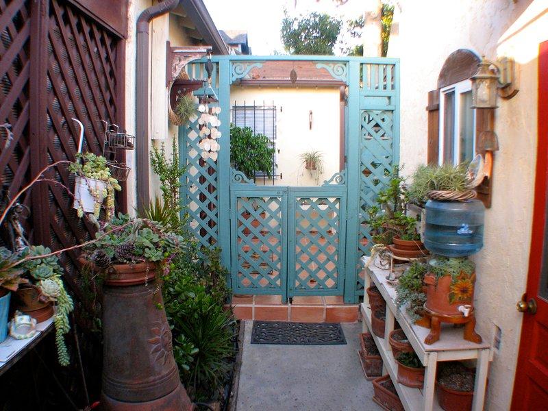 Entrée avant à travers le jardin patio