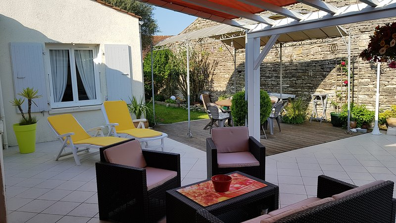 large terrace, dining area under a pergola, living resin, 4 chairs. not overlooked.