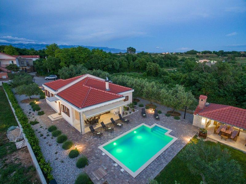 VILLA MIA (with heated pool and big garden), holiday rental in Privlaka
