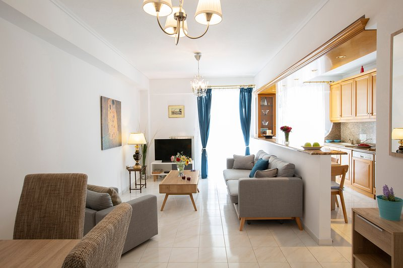 The Space Consists Of Living Room, Kitchen, 2 Bedrooms, 2 Big Independent Balcon, location de vacances à Pirée