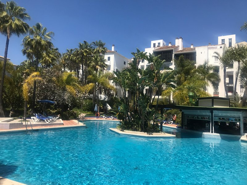 Super pool with bar and restaurant and plenty of sunbathing areas!