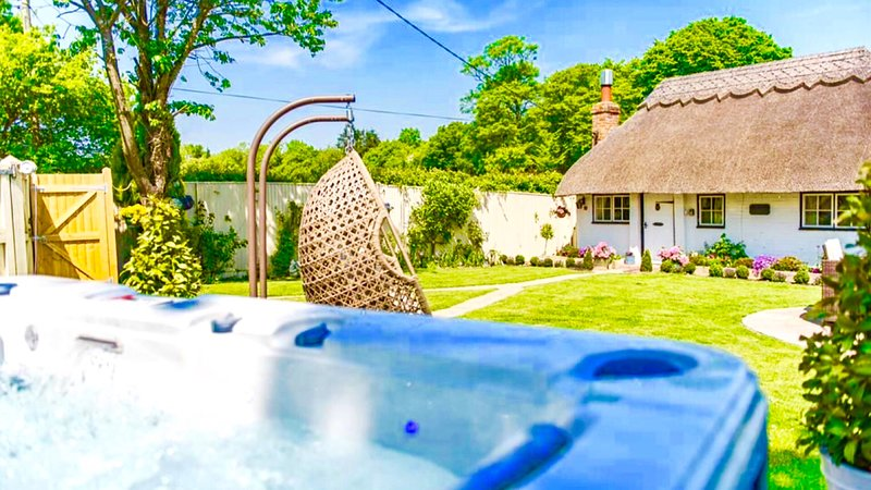 Cottage,swing and a hot tub !