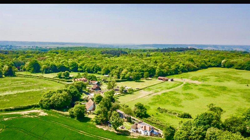 Prachtig aieral uitzicht op cottage en het omliggende platteland.