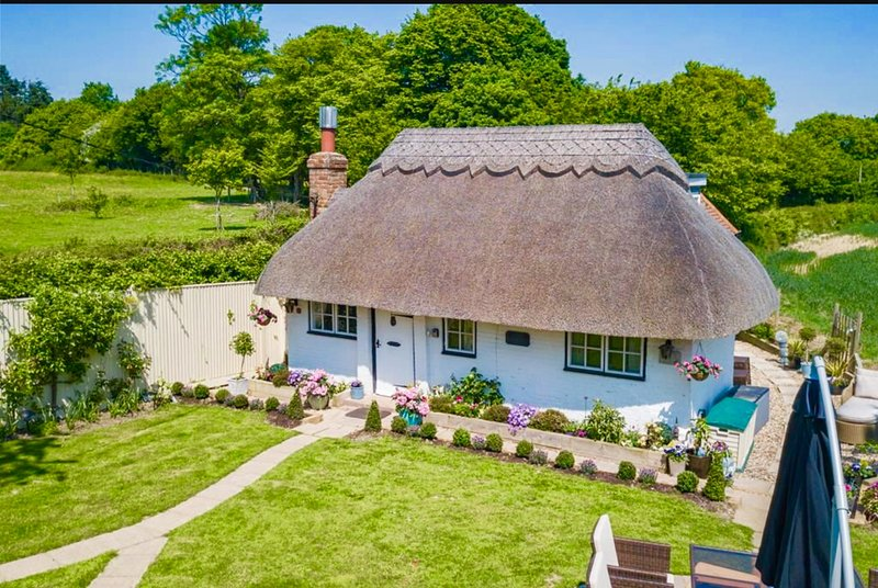 # Detached Thatched Cottage &Hot Tub Cottage in kent sleeps 2-6 near to beaches, holiday rental in Stone in Oxney
