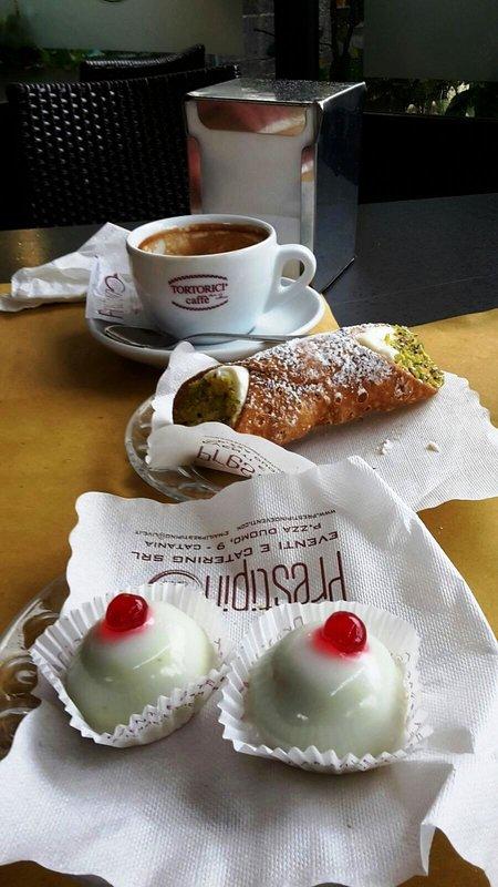 dulces sicilianos, cannoli y Minnuzze di Sant'Agata