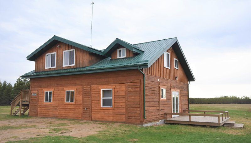 Timberland Lodges - The Tamarac Lodge - Lower Suite, holiday rental in Saskatchewan