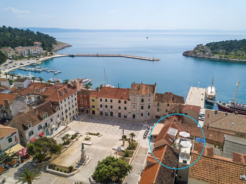 NEW! Luxury penthouse Square in the heart of Makarska with sea view terrace, Ferienwohnung in Makarska