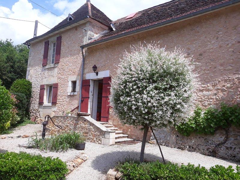 votre entrée du studio, par la façade en pierre traditionnelle de Dordogne