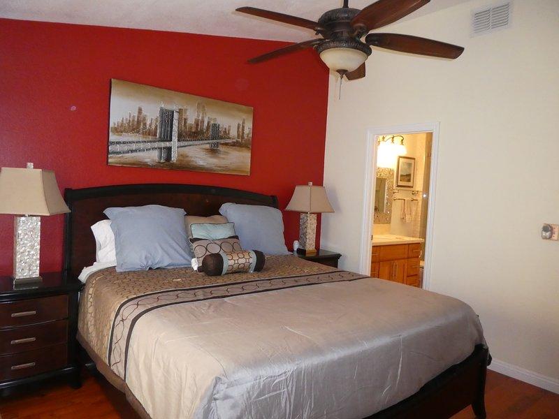 Sovrum ett-Master Suite med California King Size Bed