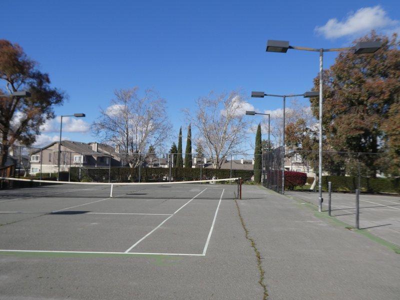Community Tennisbana tvärs över gatan