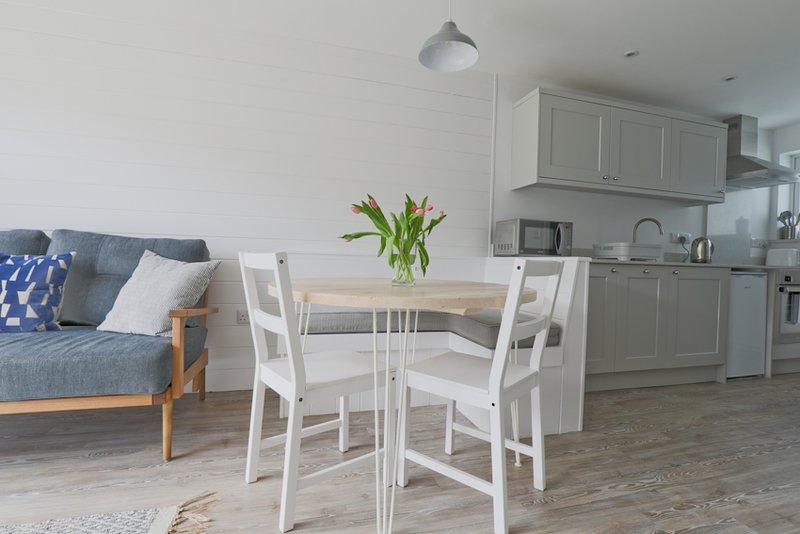 Beautifully renovated cosy 2 bedroom garden property close to Polzeath Beach, location de vacances à Trebetherick