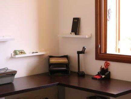 escritorio en el dormitorio principal