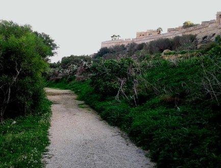senderismo a pie alrededor de la fortaleza