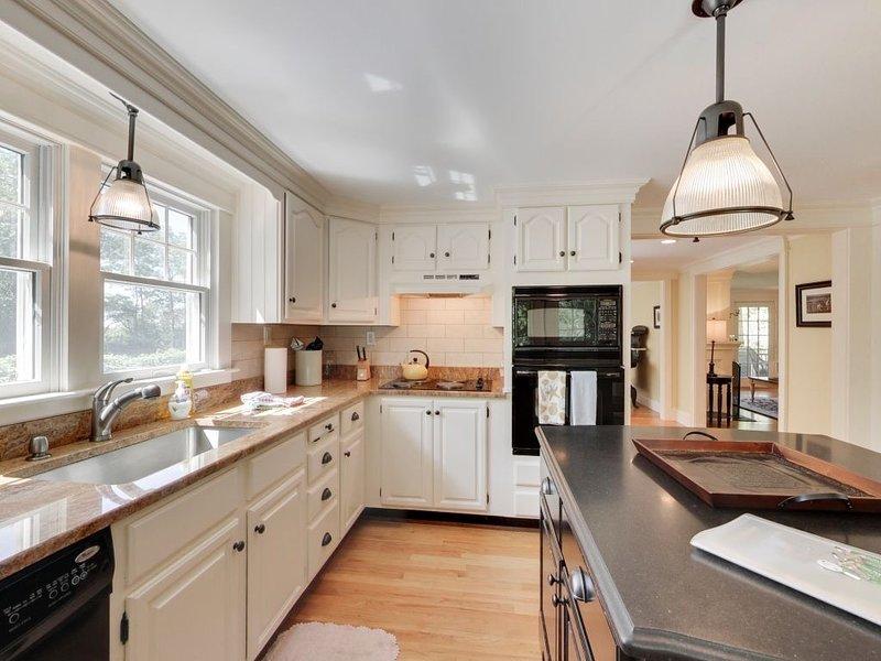 La cocina de la casa principal está actualizada y completamente equipada