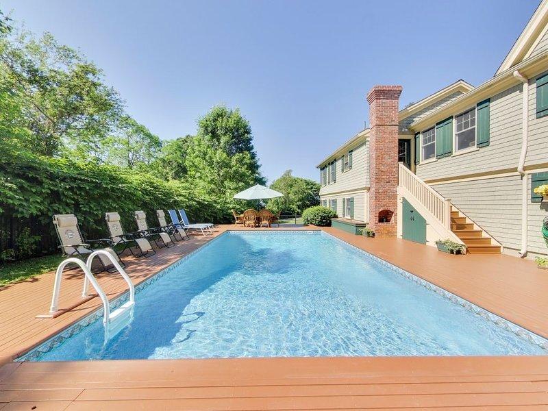 Relajante zona de piscina con cubierta de caoba