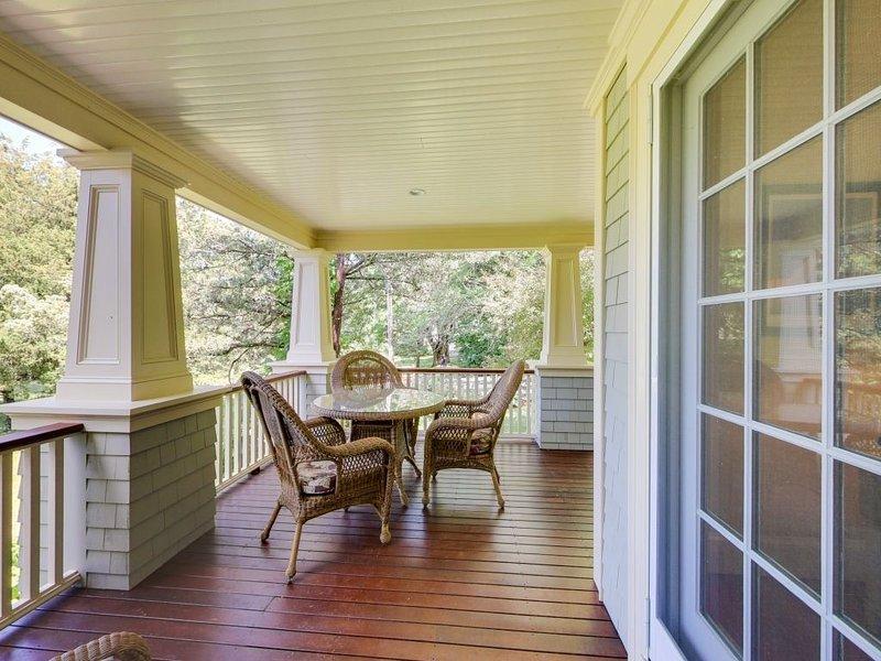 El porche cubierto de la casa principal es un gran lugar para relajarse fuera del sol