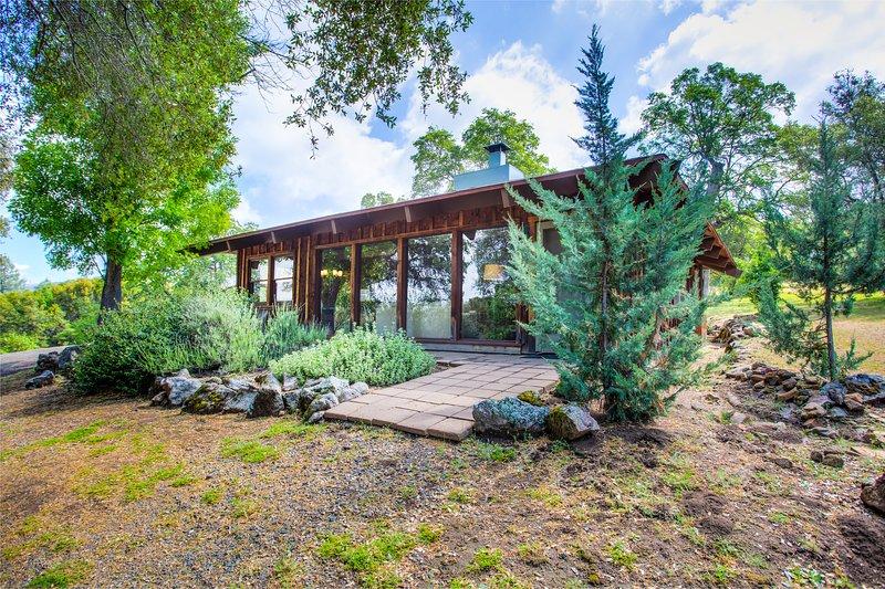 Private Valerian Retreat - Renovated Jewel of a Cabin on 5 Acres, alquiler de vacaciones en Parque Nacional de Yosemite
