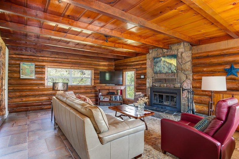 Rustic luxury Log House hideaway on 40 private acres - newly renovated, alquiler de vacaciones en Parque Nacional de Yosemite
