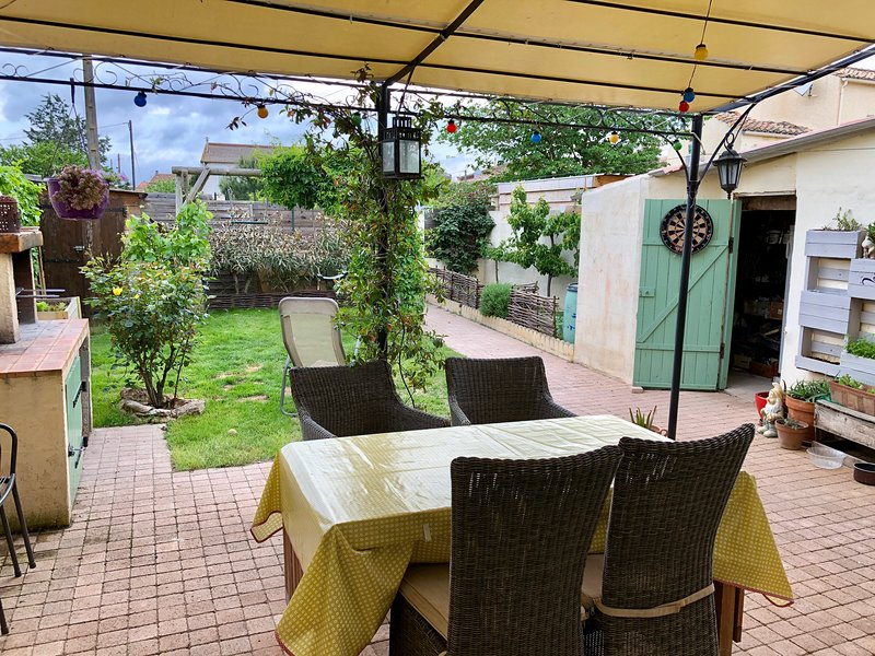 Charming house on the canal du midi Narbonne, holiday rental in Ouveillan