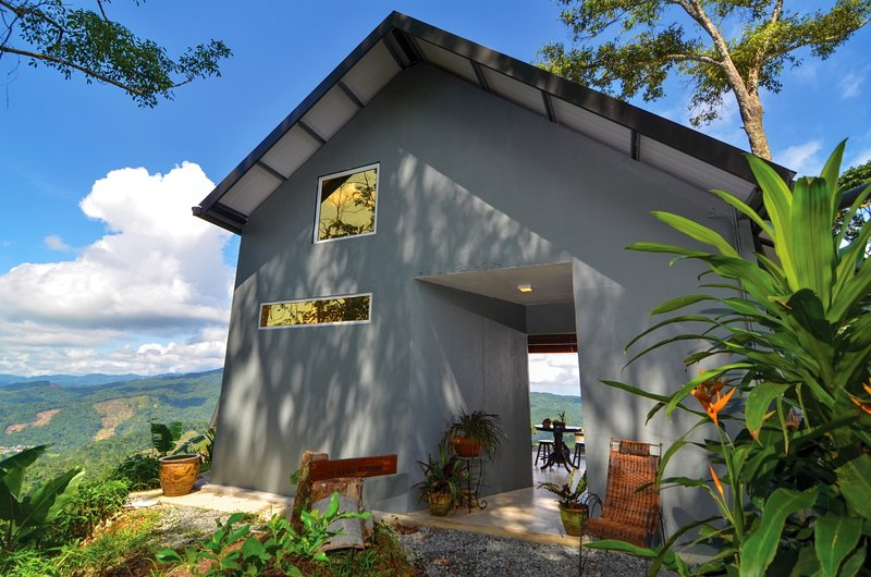 Tamparuli +JuJu Cabin with lush mountain views and glimpse of South China Sea, vacation rental in Kota Belud