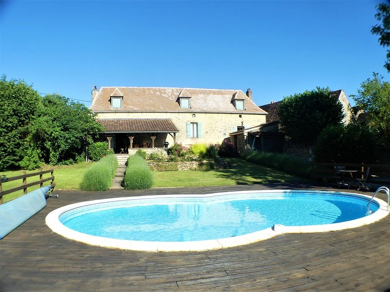 Lovely stone house with private heated pool and enclosed garden, location de vacances à Saint-Chamassy
