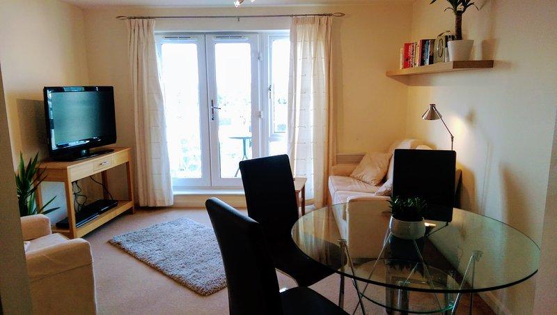 LOVELY TWO BEDROOM, TOP FLOOR APARTMENT NEAR LONDON, WINDSOR & HEATHROW AIRPORT, Ferienwohnung in Denham