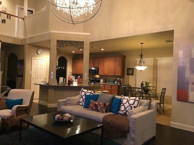 Wohnzimmer Blick auf die offene Küche.