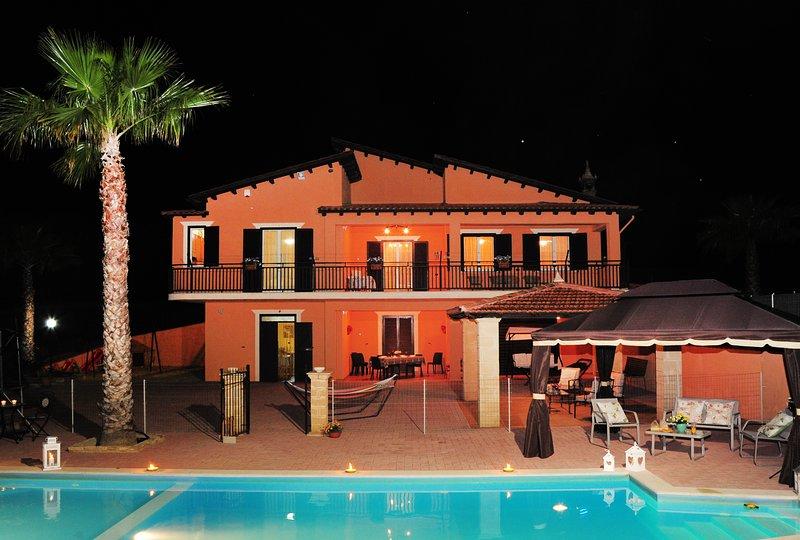 Villa Gioiosa por la noche
