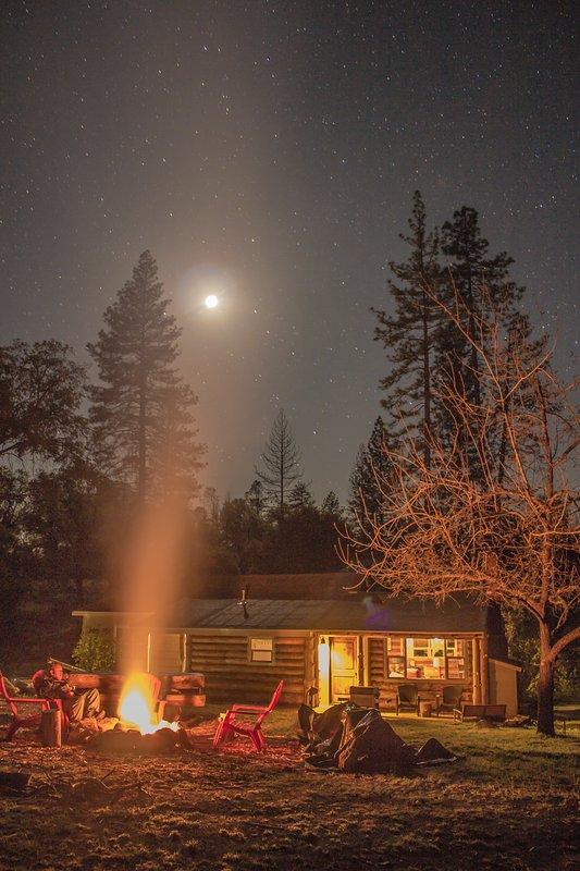 Uno de nuestros huéspedes tan agradable compartió esta foto de una noche estrellada y un incendio tostado.